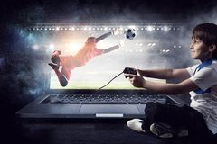 演奏录影的男孩比赛 混合画法 免版税图库摄影