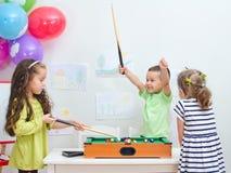 演奏微型台球的孩子 库存图片
