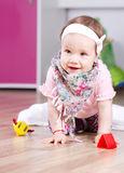 演奏愉快的女婴 库存图片