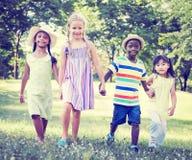演奏户外概念的不同的儿童友谊 库存图片