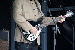 演奏手的吉他 库存照片