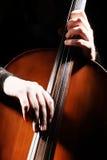 演奏手细节的大提琴 库存照片