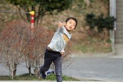 演奏抓住的日本男孩 库存图片