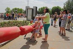 演奏拔河的孩子在儿童保护天在伏尔加格勒 免版税库存图片
