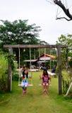 演奏摇摆的泰国孩子在庭院里 免版税库存照片