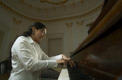 演奏教师观点的低钢琴 免版税库存图片