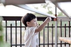 演奏晒衣架的年轻男孩 库存图片