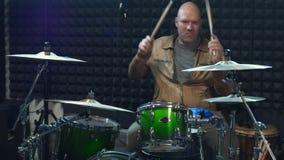 演奏有鼓槌的男性鼓手鼓 股票视频