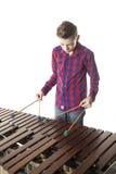演奏木琴的十几岁的男孩在演播室 免版税库存图片
