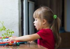 演奏桌戏剧的小逗人喜爱的女孩外面 免版税库存照片