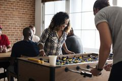 演奏桌橄榄球变化的人们 免版税图库摄影