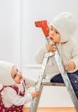 演奏梯子的孩子 免版税图库摄影