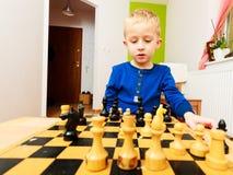 演奏棋认为的小男孩聪明的孩子, 免版税图库摄影