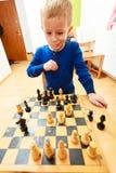 演奏棋认为的小男孩聪明的孩子, 库存照片