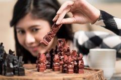 演奏棋设置形象的印度尼西亚妇女 库存图片