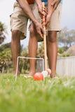 演奏槌球的两个人 免版税库存照片