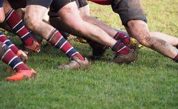 演奏橄榄球联合的人的腿 免版税库存照片