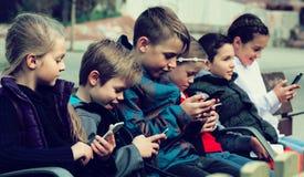 演奏橡皮筋儿的孩子 免版税库存图片