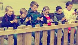 演奏橡皮筋儿的孩子 库存图片