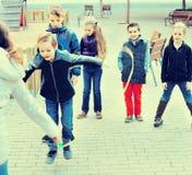 演奏橡皮筋儿的孩子 免版税库存照片