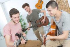 演奏歌曲的年轻乐队音乐在录音室 免版税库存照片