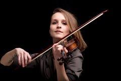 演奏民间音乐的骄傲的巴洛克式的小提琴手 免版税库存照片