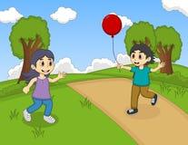 演奏气球的孩子在公园动画片 库存照片