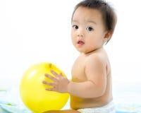 演奏气球的婴孩。 图库摄影