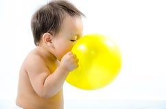 演奏气球的婴孩 免版税库存图片