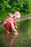 演奏水坑的女孩 免版税图库摄影