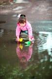 演奏水坑的女孩 库存照片