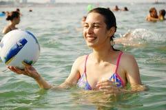 演奏水年轻人的女孩 免版税库存照片