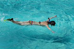 演奏水的亚裔美丽的方式女孩 图库摄影