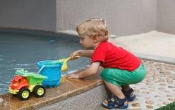 演奏水的婴孩 免版税库存照片