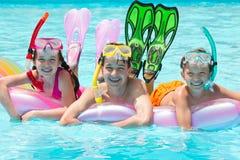 演奏水的孩子 库存图片