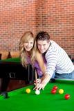演奏池年轻人的夫妇 免版税库存照片