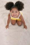 演奏沙子年轻人的美丽的女孩 库存照片