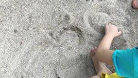 演奏沙子的亚洲melayu马来西亚男孩在海滩 股票录像