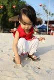 演奏沙子的亚裔中国孩子 免版税库存照片