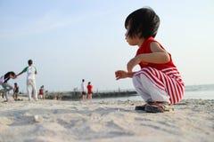 演奏沙子的亚裔中国孩子 图库摄影