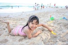 演奏沙子的亚裔女孩 免版税库存图片
