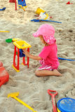 演奏沙子的女孩坑 免版税库存图片