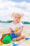 演奏沙子的婴孩海滩逗人喜爱的女孩 图库摄影