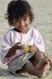 演奏沙子的小亚裔女孩 免版税库存照片