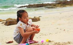 演奏沙子的小女孩。 库存照片