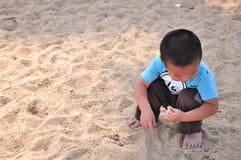 演奏沙子的小男孩 免版税图库摄影