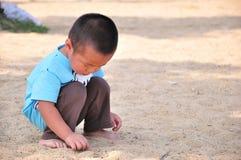 演奏沙子的小男孩 免版税库存照片