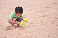 演奏沙子的小男孩 库存图片
