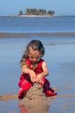 演奏沙子的海滩女孩 免版税库存照片