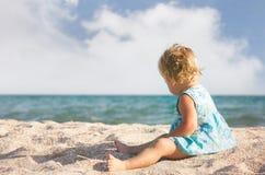 演奏沙子的海滩女孩 免版税库存图片